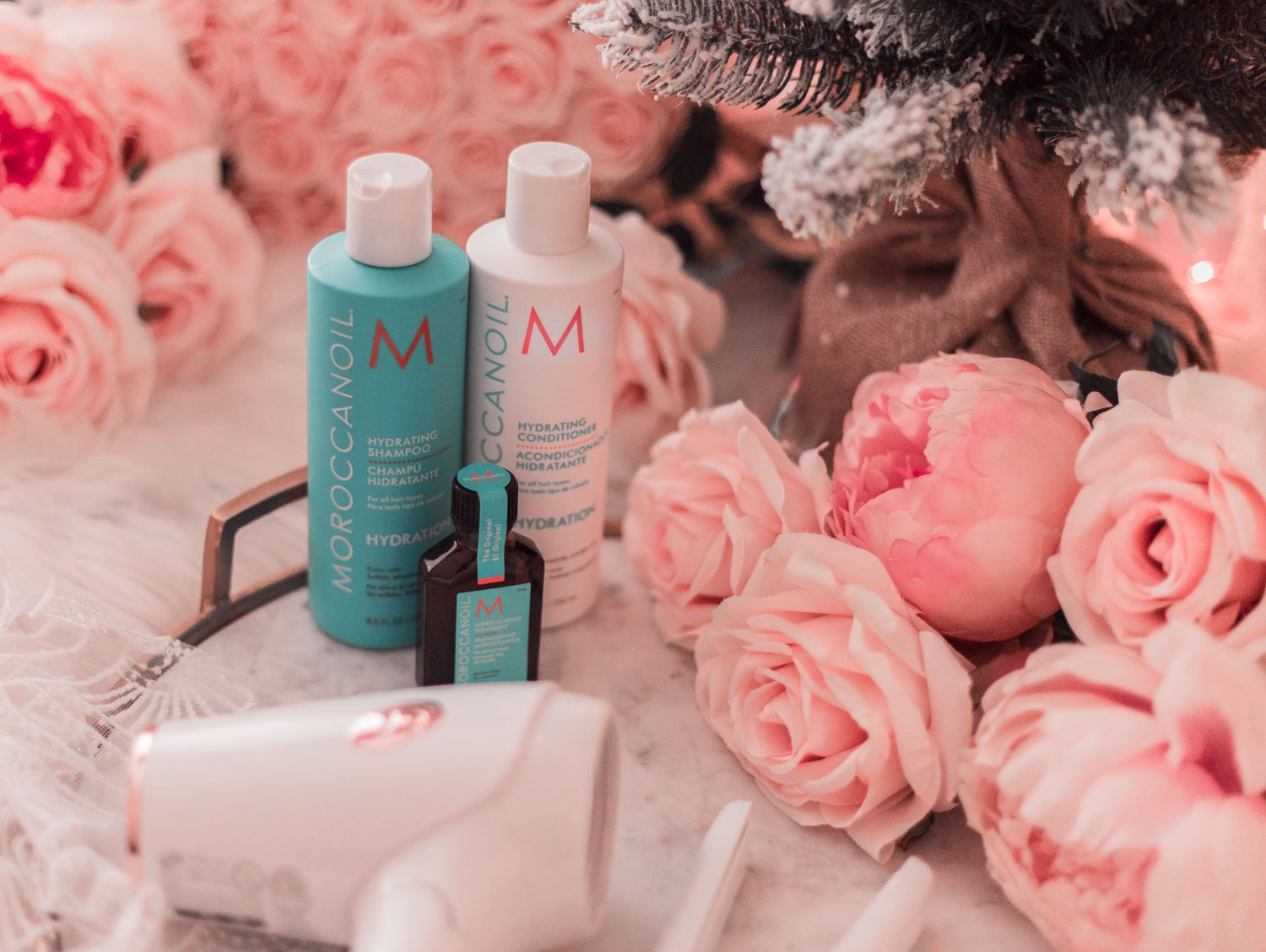 Elizabeth Hugen of Lizzie in Lace shares the moroccanoil holiday gift set for Christmas!